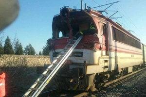 Zrážka osobného vlaku a nákladného auta na trase Senec – Sládkovičovo. Zrážka sa stala okolo 8:30 pri obci Nový Svet v okrese Senec na železničnom priecestí s funkčnou svetelnou signalizáciou. Rušňovodič osobného vlaku nehodu neprežil.