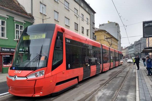 Skúšobná jazda električky po nových koľajách na Špitálskej po ich výmene.