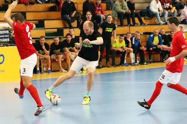Snímka zo zápasu mužstiev, ktoré skončili na prvom a druhom mieste: Hody (v červenom) proti Šalianskym legendám.