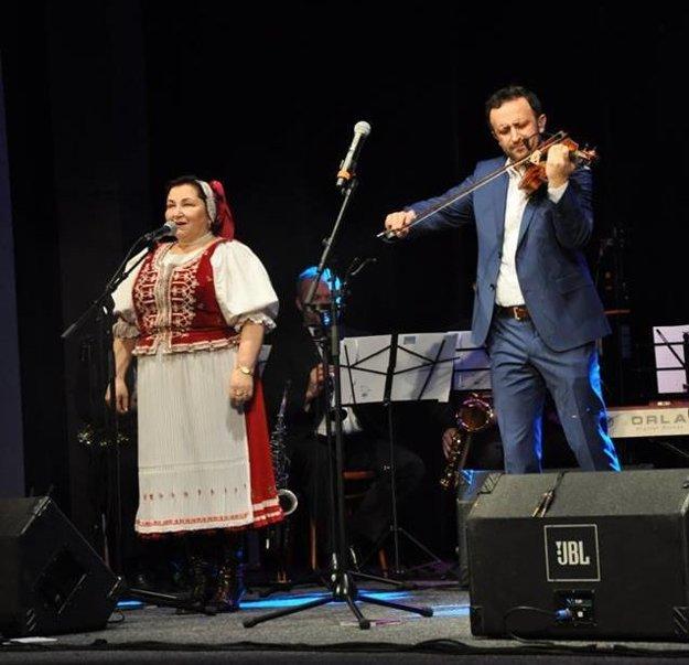 Hudobnícka rodina. Mama Monika spieva, syn Ondrej hrá na husliach.