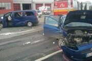 Pri dopravnej nehode sa zranili traja ľudia.