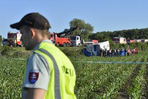havária sa stala na diaľnici D1 na 74. kilometri v smere na Hlohovec. V autobuse sa nachádzalo 29 študentov a dve učiteľky. Vodič zišiel mimo cestu a autobus sa prevrátil.