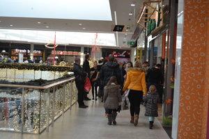 Ľudia sa väčšinou len obzerajú. Zavítajú najmä do predajní s oblečením a elektronikou.