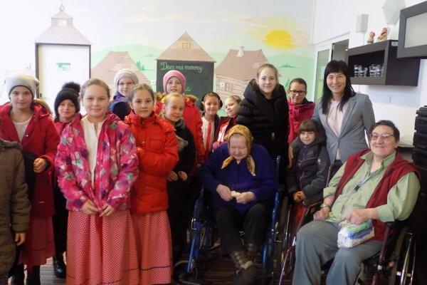 Centrum sociálnych služieb Horelica navštívila aj starostka Svrčinovca Renáta Majchráková (druhá sprava).