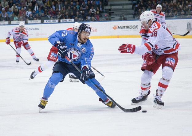 Patrik Lamper (v modrom) v súboji so slovenským obrancom v službách Jekaterinburgu Michalom Čajkovským.
