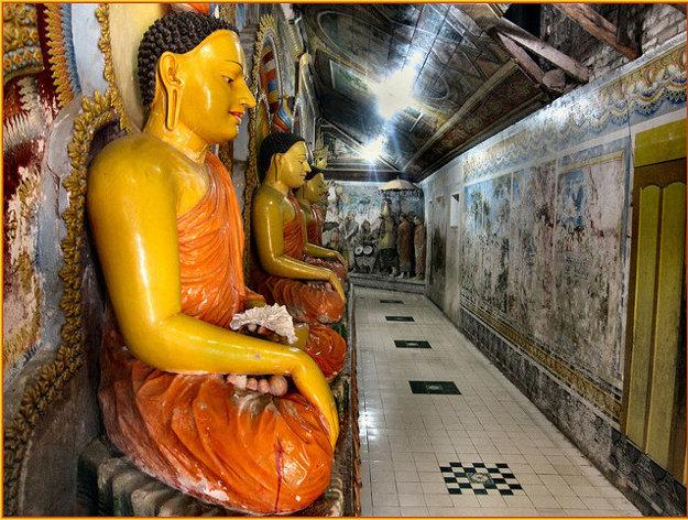 Pred vstupom do chrámov treba mať zahalené ramená a kolená.