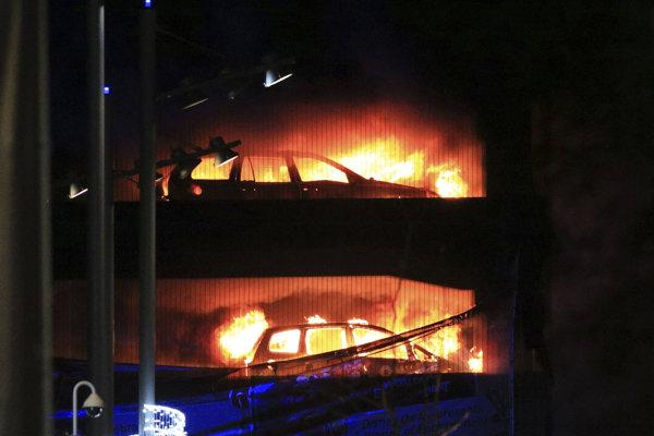 Požiar zničil autá.