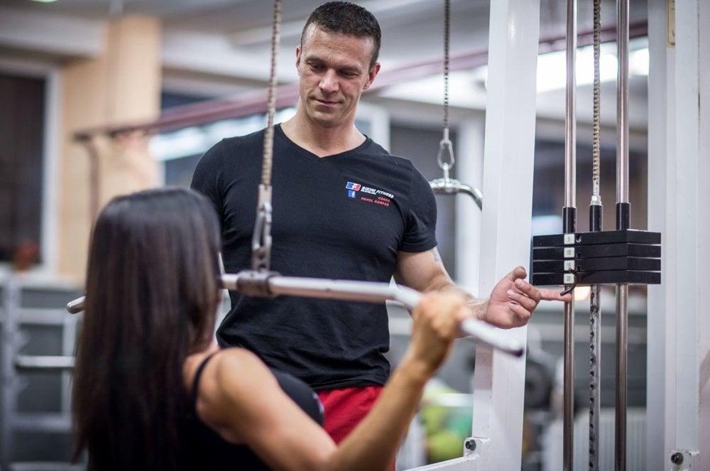 Na Slovensku sú možno tisícky fitness trénerov, väčšina má pekné papiere s pečiatkou a môže teda trénovať ľudí, nikdy by som sa im však nezveril.