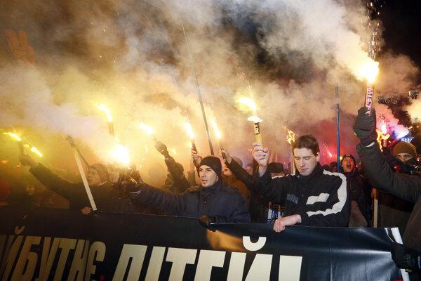 Na pochode v centre Kyjeva sa zúčastnilo približne 500 osôb s pochodňami.