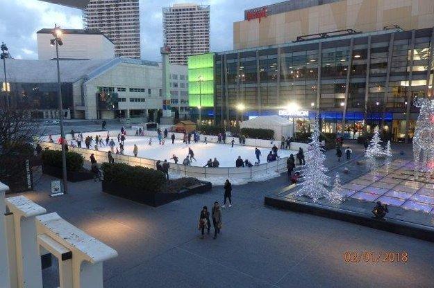 Na klzisku pri Eurovea sa hráva sa aj curling.