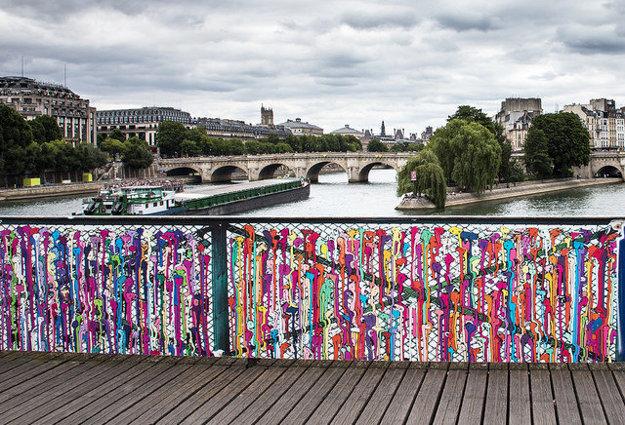 Paríž. Pont des Arts. Zámky nahradilo