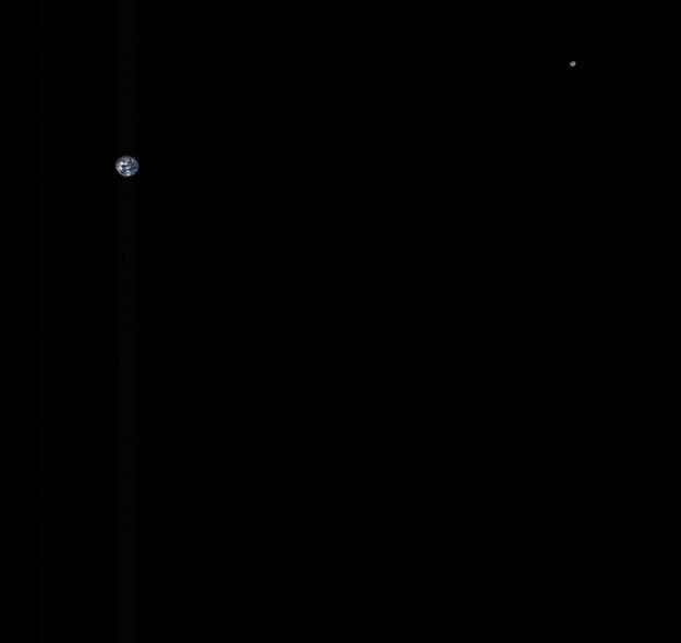 Zem a Mesiac na spoločnej fotografii vo vzdialenosti viac ako päť miliónov kilometrov.