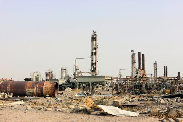 Aj zničené ropné rafinérie nútia Islamský štát rozširovať svoje územia