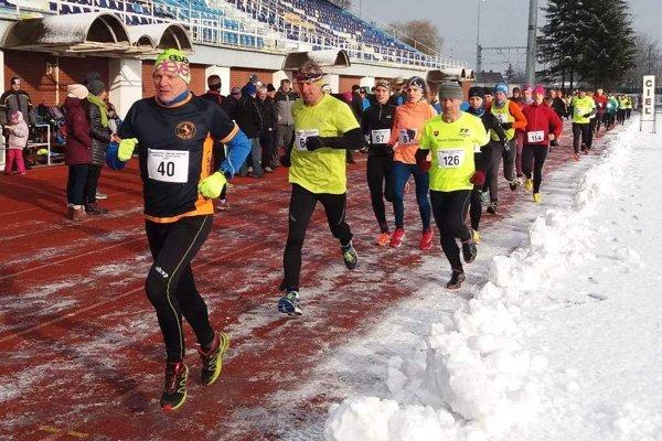 Trať Silvestrovského behu lemoval sneh.