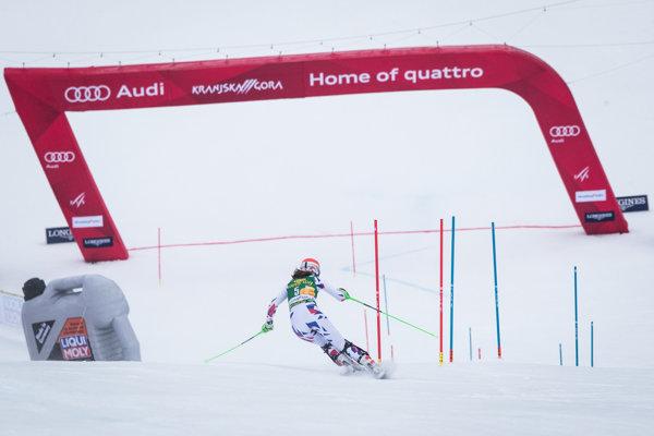 Petra Vlhová na tratí prvého kola slalomu v Kranjskej Gore.