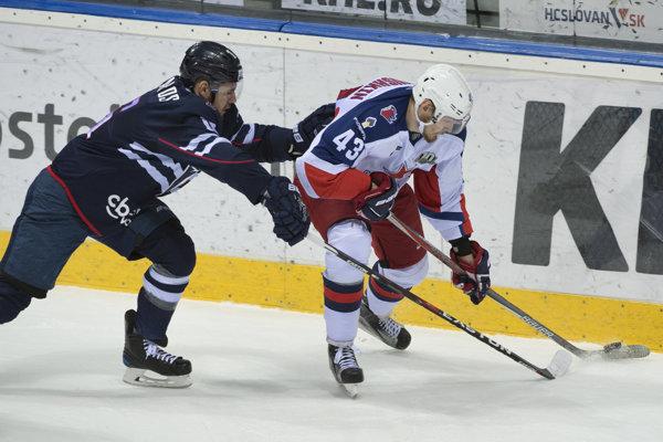 Valerij Ničuškin (vravo) sa vracia do NHL.