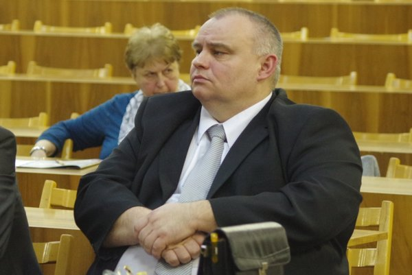 Pozmeňovací návrh pri prerokovávaní platu primáta dal poslanec Peter Zvak.