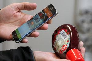 Aplikácia Scan & Shop od Tesca umožňuje skenovanie tovaru aj mobilom, nakoniec však treba vystáť rad na samoobslužnú pokladnicu. Aplikácia od Aholdu má byť iná. (ilustračné foto)