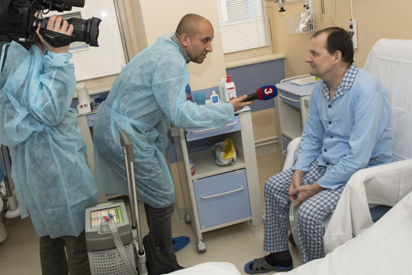 Pacient Jozef B. počas brífingu s novinármi po unikátnom operačnom zákroku implantovania umelého srdca.
