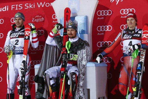 Nór Henrik Kristoffersen (vpravo) sa musí aspoň pre teraz zmieriť s faktom, že lyžiarskym kráľom je Marcel Hirscher (uprostred).