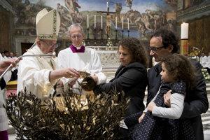 Pápež pokrstil v Sixtínskej kaplnke 34 detí.