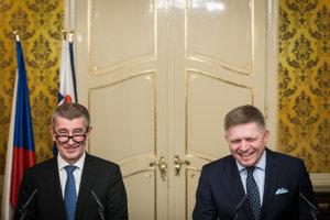 Český premiér Andrej Babiš (vľavo) sa o zavedení bezplatného cestovania vlakmi rozhodol po stretnutí s premiérom Robertom Ficom.
