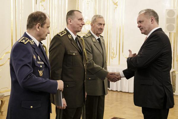 Na snímke zľava generálmajor Ľubomír Svoboda, brigádny generál Slavomír Staviarsky a brigádny generál vo výslužbe Ivan Čierny počas menovania a povyšovania generálov Ozbrojených síl SR prezidentom SR Andrejom Kiskom.