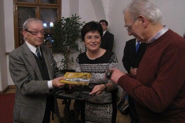 Knihu pokrstili symbolicky - medeným práškom zo Španej Doliny.