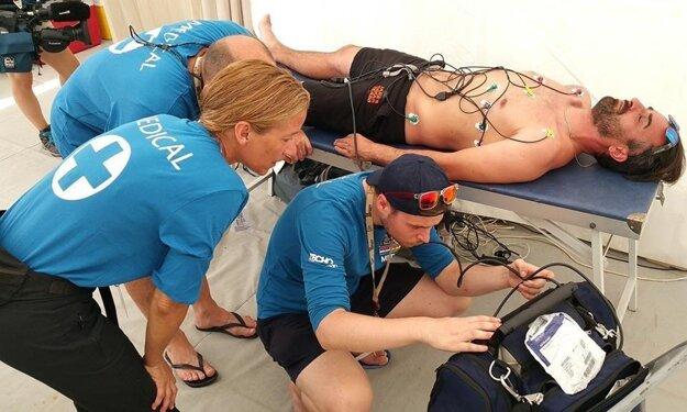 an Jakeš v opatere lekárskeho tímu po dojazde 3. etapy Rely Dakar.