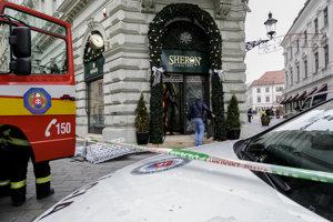 Klenotníctvo v centre hlavného mesta, do ktorého neznámy páchateľ vrazil autom  a odniesol si hodinky v celkovej hodnote približne 800-tisíc eur.