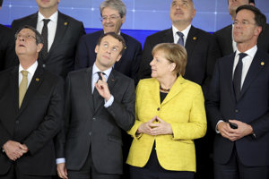 Európski lídri sledujú dron počas spoločného fotografovania v Bruseli 14.decembra 2017.