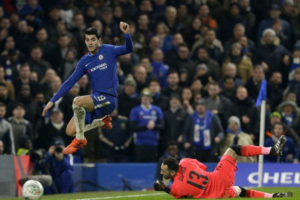 Momentka zo zápasu medzi Chelsea a Arsenalom. Vľavo útočník Chelsea Alvaro Morata, vpravo brankár Arsenalu David Ospina.