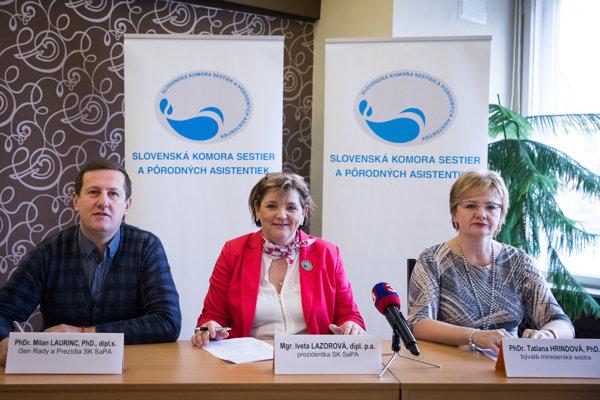 Sprava: Bývalá riaditeľka odboru ošetrovateľstva MZ SR Tatiana Hrindová, prezidentka SKSaPA Iveta Lazorová a člen Rady a Prezídia SKSaPA Milan Laurinc.