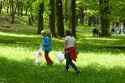 Z nadačných peňazí sa podarilo vybaviť priestor Malej hory o drobný mobiliár a informačnú tabuľu. Žiaci zo ZŠ na Mudroňovej ulici pomohli priestor vyčistiť od odpadkov.
