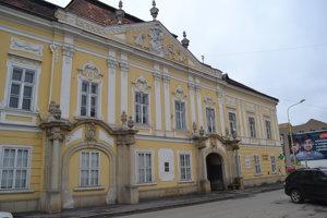 V roku 1996 sídlilo KDH v Župnom dome. Vylomené dvere tam vtedy našli aj v kanceláriách Demokratickej strany a štátneho podniku Otex.