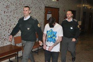 Viktor s eskortou. Vo väzbe je od júla 2017.