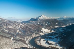 Nová trasa sa vyhne chráneným oblastiam národných parkov a geologicky problémovým územiam. Na fotografii pohľad na Kraľovany, v pozadí Stankovany.