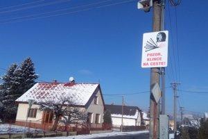 Nezvyčajná tabuľa na ceste v Bánovej.