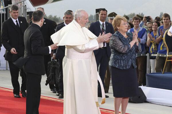 Po vystúpení z lietadla privítala pápeža čilská prezidentka Michelle Bacheletová.