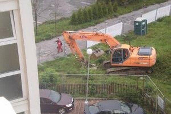 Počas jesene sa robili stavebné práce doslova pred oknami