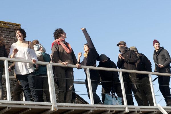 Na protest proti výstavbe letiska obsadili anarchisti, farmári a environmentálni aktivisti okolie obce Notre-Dames-des-Landes.