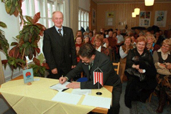 Predseda Miestneho odboru Matice slovenskej v Banskej Bystrici Igor Kovačič (vľavo) a primátor mesta Ivan Saktor pri podpise Rámcovej dohody o vzájomnej spolupráci.