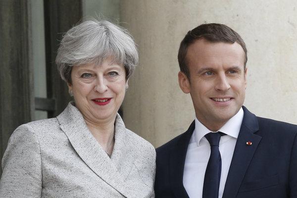 Francúzsky prezident Emmanuel Macron (vpravo) a britská premiérka Theresa Mayová.
