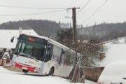 Autobus zostal mimo cesty takmer osem hodín.