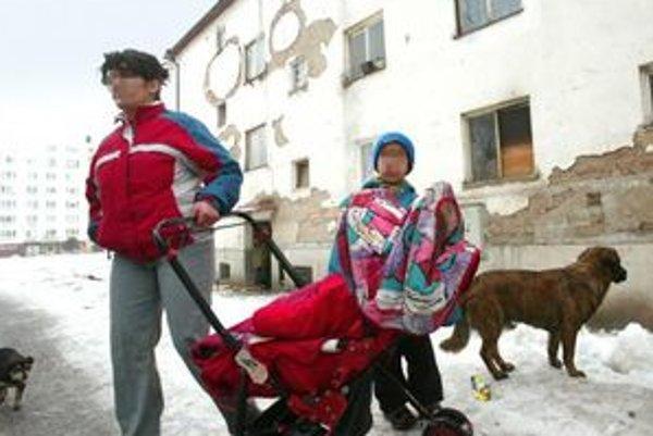 Terénni pracovníci pracujú s problémovými rodinami.