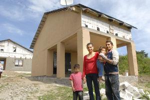 Úspešný projekt v Rankovciach. Takéto domy si Rómovia postavili v obci Rankovce, kde združenie zabezpečovalo obdobný projekt.
