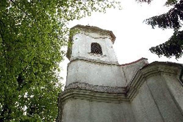 Na prvý pohľad havarijný stav na veži nevidieť, rozširujúca sa diera je ukrytá pod strechou.