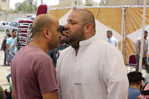 Zakaria al-Jawadah (vpravo), otec 17-ročného Jordánca Mohammeda Mohammeda al-Jawawdeha, ktorého zabil izraelský bezpečnostný pracovník po incidente na izraelskom veľyslanectve, plače na jeho pohrebe v jordánskom Ammáne 24. júla 2017.