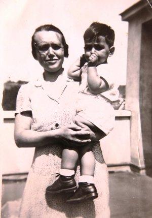Pomocníčka v domácnosti Gita, ktorá schovávala sestry Neumannové. Na fotke s malým bratom Viktorom,  1932.