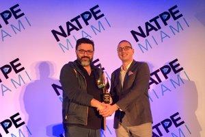 Peter Ňuňéz si v Miami prebral ocenenie za projekt Zem spieva.
